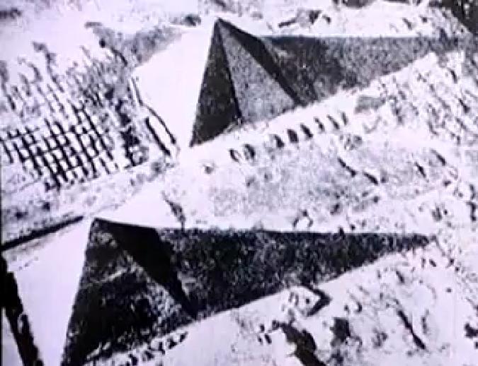 C:\Users\Utente\Pictures\2000.egizi e paleolitico\1.egizi piramidi giza e varie\piramid'orione\equinoziosullagrandepiramide.jpg
